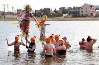 Powitanie wiosny nad zalewem wMorawicy - ztopieniem Marzanny ikąpielą morsów zeŚwiętokrzyskiego Klubu Morsów wKielcach